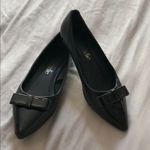 Black flat with bow